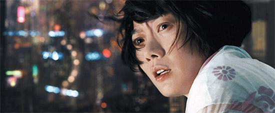 女優ペ・ドゥナが映画『クラウド アトラス』でハリウッドに進出した。複製人間を演じたペ・ドゥナについて、映画メディアは「映画が見つけた明るい光」と評価した(写真=ワーナーブラザーズ提供)。