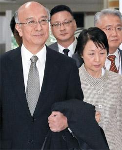 30日、ソウルの金浦(キンポ)空港を通じて韓国入りした別所浩郎駐韓日本大使(左)。
