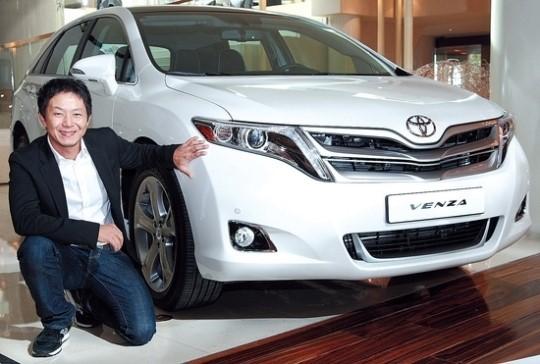 トヨタのエクステリアデザイナーのイ・ジョンウ氏が「ヴェンザ」と一緒に記念撮影をしている(写真提供=韓国トヨタ)。