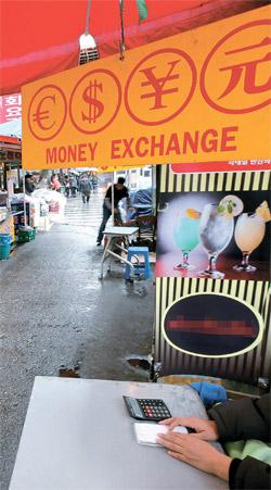 6日、ソウル・南大門市場で両替屋がお客を待っている。両替屋は「ウォンが日ごとに上がりお客が急に途切れた」と話す。