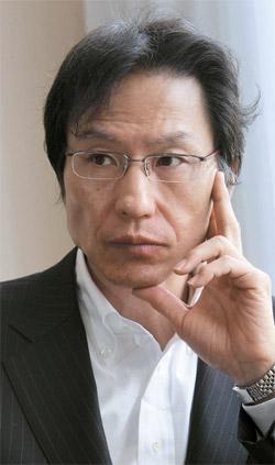 在日韓国人で初めて東京大学の教授になった姜尚中(カン・サンジュン)氏。戦後の日本社会、北東アジア問題に対する批判的な分析で日本社会で影響力を発揮している(中央フォト)。