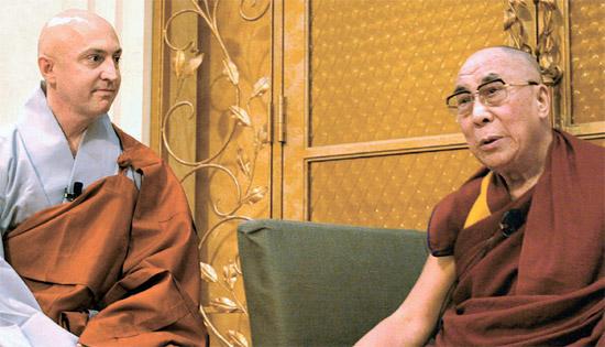 チベット仏教最高指導者のダライ・ラマ(右)が5日、日本・横浜でヒョンガク僧侶と対話している。 ダライ・ラマは「宗教的信念は理性的思考を通過してこそ確固たるものになる」と述べた。