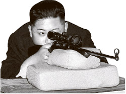2月に平壌の競技用銃弾工場を訪問した金正恩が射撃のためにスコープをのぞいている。北朝鮮は金正恩の軍事指導力を宣伝するため射撃や戦車搭乗場面などを定期的に公開している。