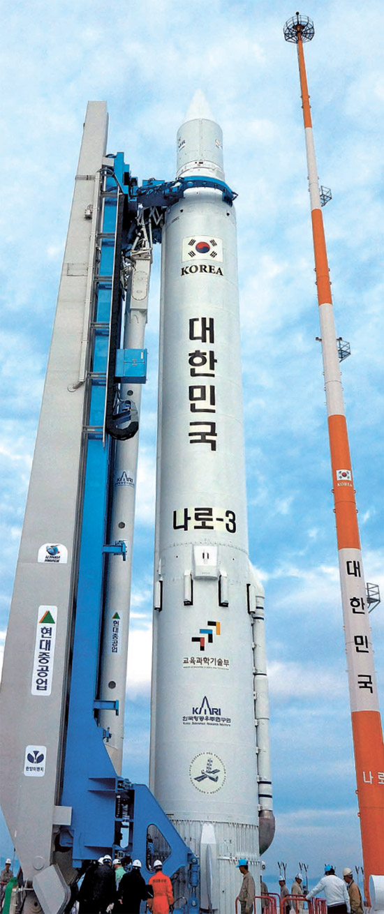 先月24日、韓国ロケット「羅老」が全羅南道高興羅老宇宙センターの発射台に設置された様子(写真=韓国航空宇宙研究院)。