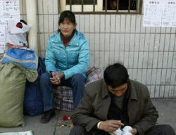 大都市の職業あっ旋事務所の前で待機する人々(写真=中央フォト)。