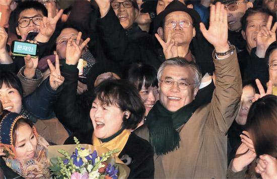 文在寅(ムン・ジェイン)民主統合党大統領候補が3日、ソウル光化門世宗文化会館の前で開かれた「市民とのコンサート」が終わった後、キム・ジョンスク夫人と一緒にあいさつしている。
