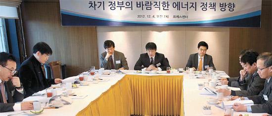 4日午前、韓国プレスセンターで開かれた中央日報エネルギーフォーラムで出席者が討論している。真ん中がテーマ発表者のキム・チャンソプ嘉泉大学教授、左側がシム・サンボク中央日報経済研究所長、右側がイ・ジョンス ソウル大教授(共同発表者)。