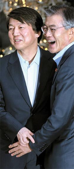 文在寅(ムン・ジェイン)民主統合党大統領候補(右)と安哲秀(アン・チョルス)氏が6日午後、ソウル中区の飲食店で会談した後、記者の前で手を握っている。