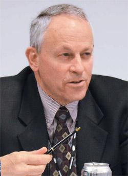 米国海軍戦争大学(NWC)テロンス・ロリック教授(57)。