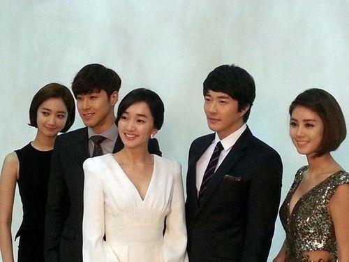 ドラマ『野王』の出演者。左からコ・ジュニ、ユノ・ユンホ、スエ、クォン・サンウ、キム・ソンリョン(写真=キム・ソンリョンのツイッター)。