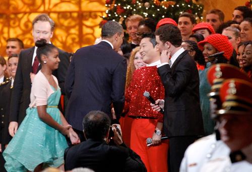 米国のクリスマスチャリティー公演でオバマ大統領と笑顔で握手を交わす歌手PSY(サイ、写真=中央フォト)。