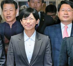 統合進歩党の李正姫候補が16日に候補辞退記者会見を終え微笑を浮かべ会見場を出ようとしている、後列左からカン・ビョンギ非常対策委員長、キム・ソンドン議員、オ・ビョンユン議員。