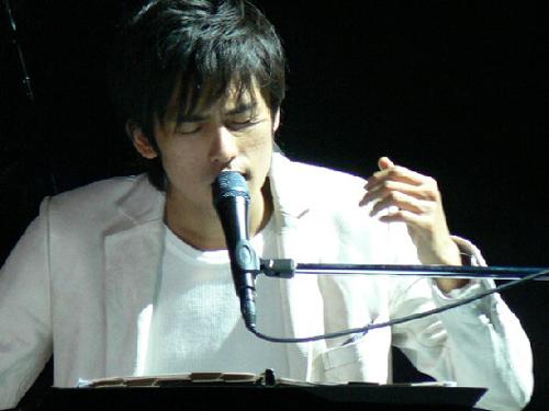 韓国人歌手K(カン・ユンソン、30)。