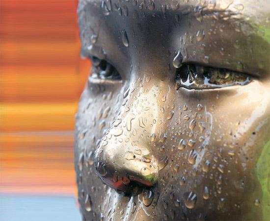 政府は来年1月、「元慰安婦口述資料集」を出す。光復(解放)68年目に政府が出す初めての慰安婦関連資料だ。写真は昨年12月、日本大使館の向かい側に設置された「慰安婦少女像」に雨水がついた姿。