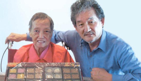京畿道竜仁(ヨンイン)のある老人ホーム。 キム・ウォンドンさん(右)がイ・ギニョさんを訪れた。