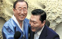 新年会であいさつをする潘基文(パン・ギムン)国連事務総長(左)と歌手PSY。