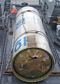 海軍平沢(ピョンテク)第2艦隊は先月14日、辺山半島西側の海上で引き揚げた北朝鮮長距離ロケット「銀河3号」の1段目と推定される残骸を公開した。写真は、ハングルで「銀河」の2文字が表記された推進体(写真=中央フォト)。