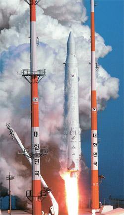 韓国初の人工衛星搭載ロケット(KSLV-1)「羅老(ナロ)」が30日午後、全羅南道高興の羅老宇宙センターから打ち上げられた。「羅老」が高度302キロの軌道に乗せた羅老科学衛星はこの日午後5時25分、位置確認信号を送り、打ち上げ成功を知らせた(写真=共同取材団)。