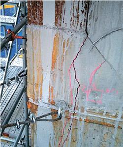 第2ロッテワールドのコアとなる7番メガ柱の8階建設現場に現れた亀裂。