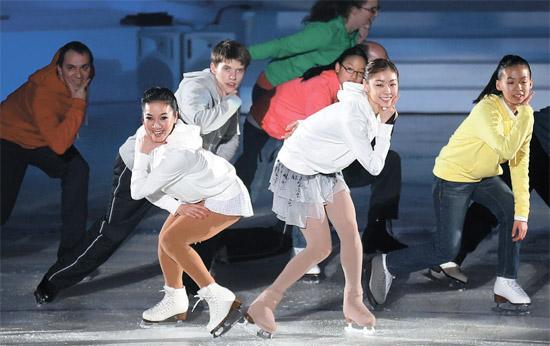 5日に江原道(カンウォンド)平昌の竜坪(ヨンピョン)ドームで2013平昌(ピョンチャン)冬季スペシャルオリンピックの閉幕式が行われ、フィギュアスケートのキム・ヨナ選手(前列右)とミッシェル・クワン(前列左)が大会に参加した選手らとともにPSYの『江南スタイル』に合わせ公演を行っている。