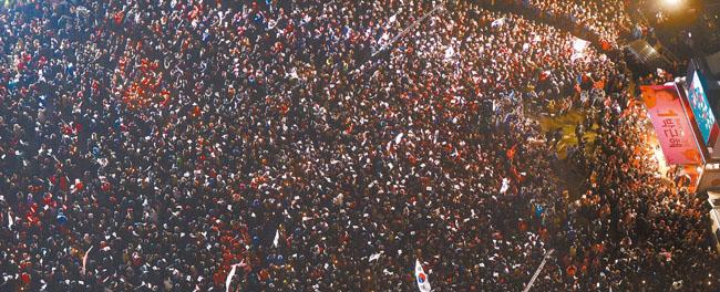 韓国大統領選挙で「国民幸福時代」を約束した朴槿恵(パク・クネ)候補が当選した。写真は、大統領選挙前日の昨年12月18日、朴候補のソウル光化門(クァンファンムン)遊説に集まった支持者。[中央フォト]