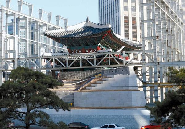 2日午後、工事現場の囲いが撤去されて姿を現した崇礼門。