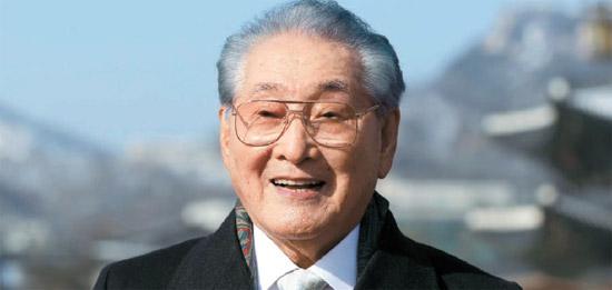 玄威憲氏が15日、青瓦台で大統領表彰を受けた後、景福宮前に立っている。