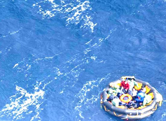 カンボジア国籍貨物船「東海1号(船長チュ・ソンヨン)」船員12人が21日午前7時4分ごろ、鬱陵島(ウルルンド)北東側約548キロメートルの海上で事故により船が沈没し、救命ボートに乗って脱出して救助を待っている。