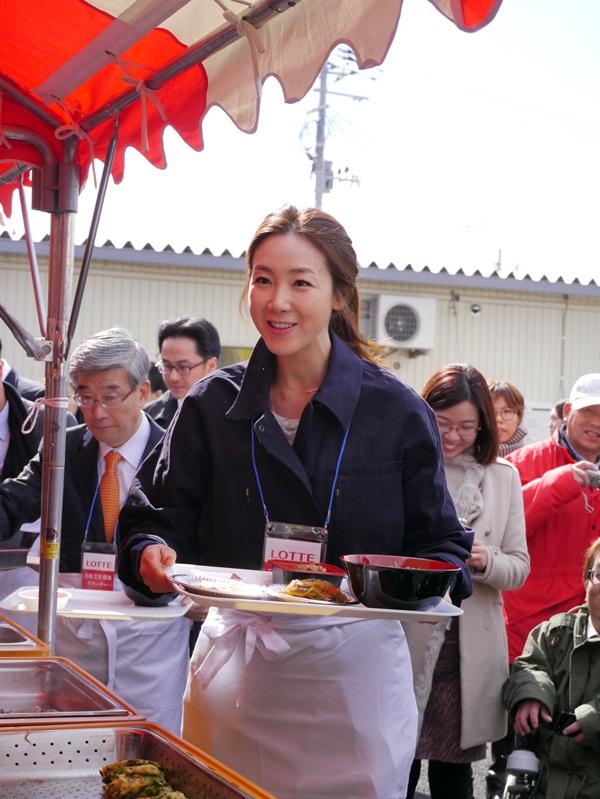 福島県飯舘村の住民に韓国料理をふるまう女優のチェ・ジウ。