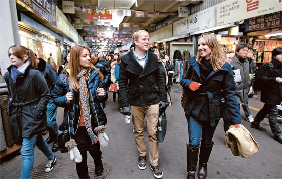 ドイツから来たサブリナ・マイヤーさん(右)がソウル市グローバルインターンシッププログラムに参加した外国人の友人と6日、ソウル鍾路区の広蔵市場を歩いている。
