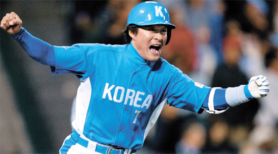 06年の第1回WBCで、韓国代表の李鍾範(イ・ジョンボム)が米アナハイム球場で行われた第2ラウンドの日本戦の8回表、2打点決勝打を放った後、ガッツポーズをしながら喜んでいる。2-1で逆転勝ちした韓国代表は準決勝に進出した。[中央フォト]