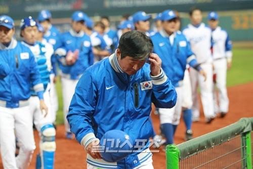 5日夜、2013WBC第1ラウンドの韓国-台湾戦が台中インターコンチネンタル球場で行われた。台湾に3-2で勝ちながらも第1ラウンド敗退が決まった韓国の柳仲逸(リュ・ジュンイル)監督がうな垂れながらベンチに戻っている。