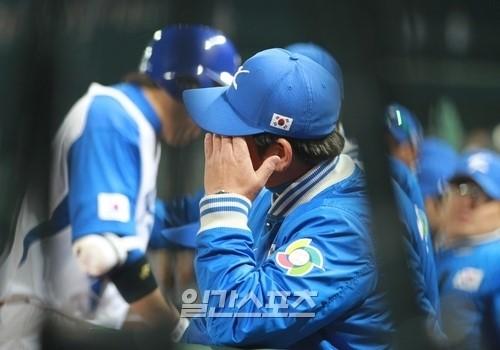 5日晩、2013WBC1次ラウンドの最終戦、韓国ー台湾戦が台湾・台中インターコンチネンタル球場で行われた。韓国の柳仲逸(リュ・ジュンイル)監督が3回表の失点後、頭を押さえている。
