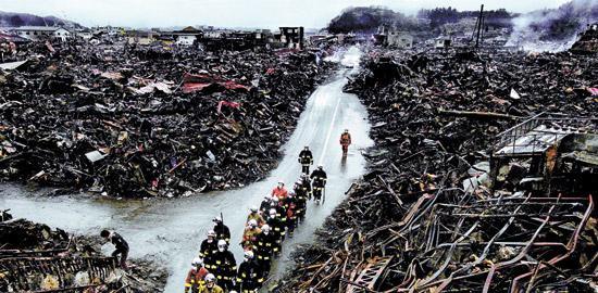 2011年3月16日、3・11東日本大震災が起きて5日後、津波と火災で廃墟になった日本岩手県気仙沼で消防隊員が捜索作業を始めている姿を本紙故キム・テソン記者が録った。
