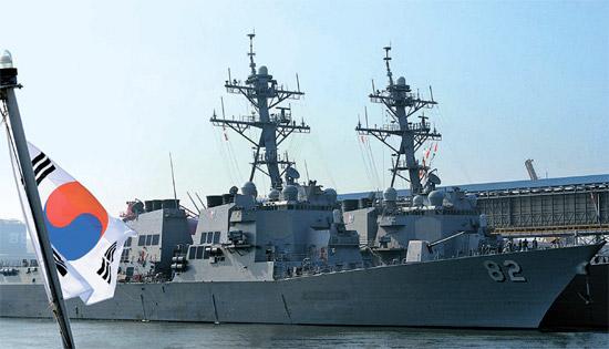 きょうから韓米合同キー・リゾルブ演習が実施される。米海軍のイージス艦ラッセン(前)とフィッツジェラルドが9日に東海港に入港し停泊している(写真=海軍第1艦隊)。