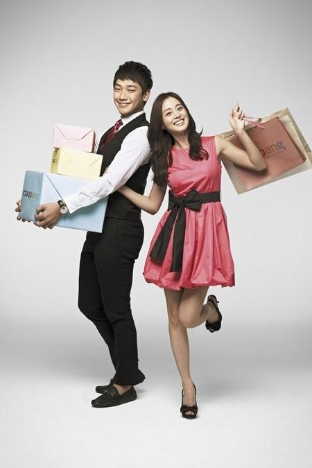歌手のRain(ピ、左)と女優のキム・テヒ。