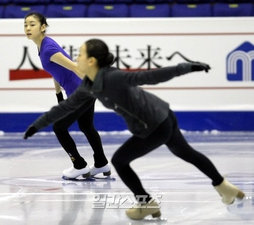 キム・ヨナ(後ろ)と浅田真央