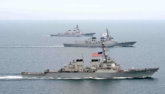 韓国海軍イージス艦「西涯柳成龍」(真ん中)と米国海軍イージス艦「マケイン」(下)、「マッキャンベル」(上)が並んで起動している(写真=海軍)。