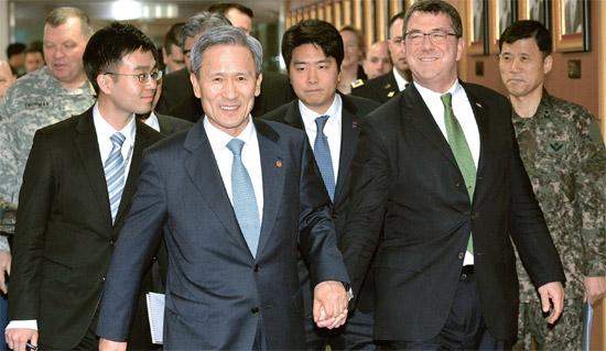 金寛鎮(キム・グァンジン)韓国国防部長官(前列左側)が18日、ソウル竜山(ヨンサン)国防部庁舎を訪問したカーター米国防副長官と一緒に会談場所に移動している[写真=共同取材団]。