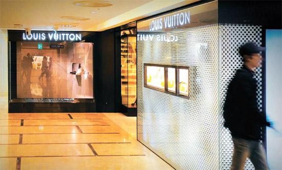"""高級ブランド品の1、2点は身にまとい手に持ち履いてこそ顔が立つものだという韓国社会の風潮は""""虚飾""""コンプレックスの代表事例だ。"""