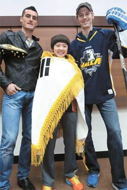 モンテネグロ出身のラドンチッチ(サッカー、左)と中国出身のチョン・ジヒ(卓球、真ん中)、カナダ生まれのラドンスキー(アイスホッケー)が写真撮影に応じている。 3選手は韓国国籍を取得して国家代表に挑戦する。