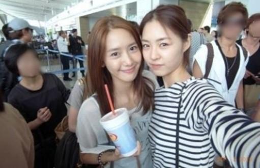 少女時代のユナ(左)と女優のイ・ヨニ(写真=オンラインコミュニティー)。