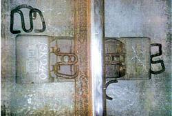 """新盆唐(シンプンダン)線レール締結装置の核心部品である""""テンションクランプ(レールクリップ)""""400個余りが破損。折れたまま発見されたテンションクランプ。"""