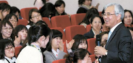 15日、ソウル長旨洞で行われた人格教育特講で、文竜鱗(ムン・ヨンリン)ソウル教育委員長(右)がある幼稚園教員の質問に答えている。
