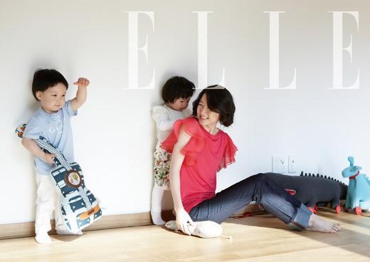 女優のイ・ヨンエ(右、写真提供=ELLE)。