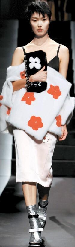 モデルのキム・ソンヒさんがイタリア・ミラノで開催された2013年春・夏シーズン「プラダ」ファッションショーの舞台に立った(写真提供=プラダ)。