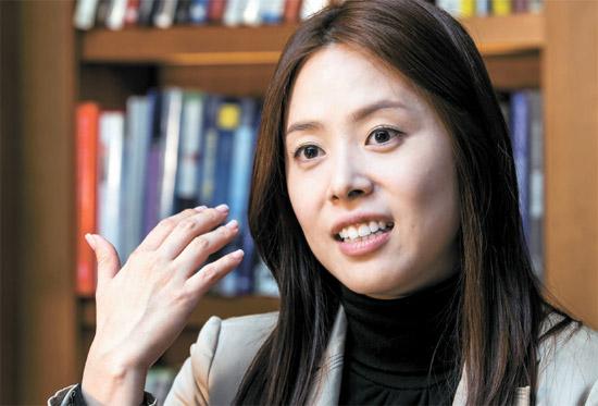 フィリピンでタレントとして活動している韓国出身のグレース・リーは「アキノの恋人として私を紹介した記事を興味深く読んだ。実はちょっと驚いた」と言った。