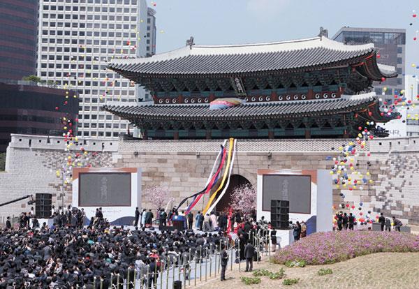 5年3カ月ぶりに復旧を終え公開された崇礼門。