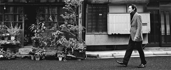 東京の人気散歩コース「谷根千」を歩く姜尚中(カン・サンジュン)教授。姜教授は「異邦人の力で街の魅力がさらに生きる」と語った(写真=四季節出版社)。