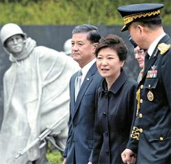 朴槿恵大統領が6日(現地時間)、ワシントンの韓国戦争戦没者慰霊碑を訪れた。朴大統領の左はエリック・シンセキ米退役軍人長官。